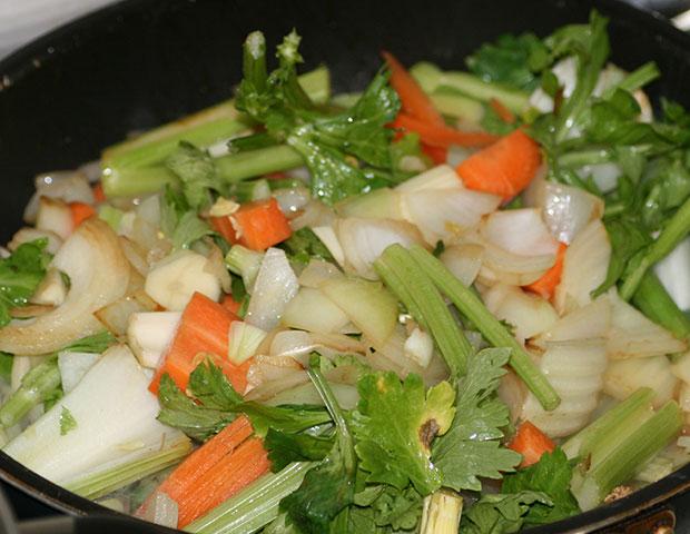 ブイヨンに入れるフライパンで焦げ目をつけた香味野菜